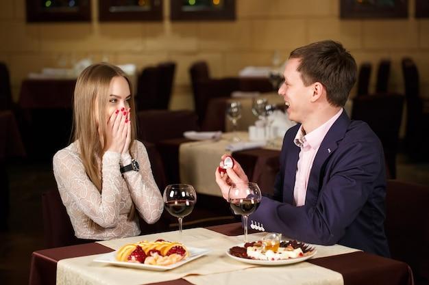 Proposta de casamento em um restaurante Foto Premium