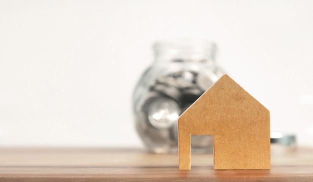 Propriedade de investimento e hipoteca da casa conceito financeiro, mão colocando dinheiro moeda casa Foto Premium