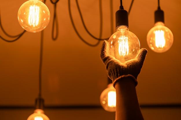 Proprietário da casa mudar vintage lâmpada Foto Premium