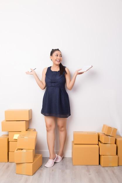 Proprietário de negócios trabalhando com caixas Foto gratuita
