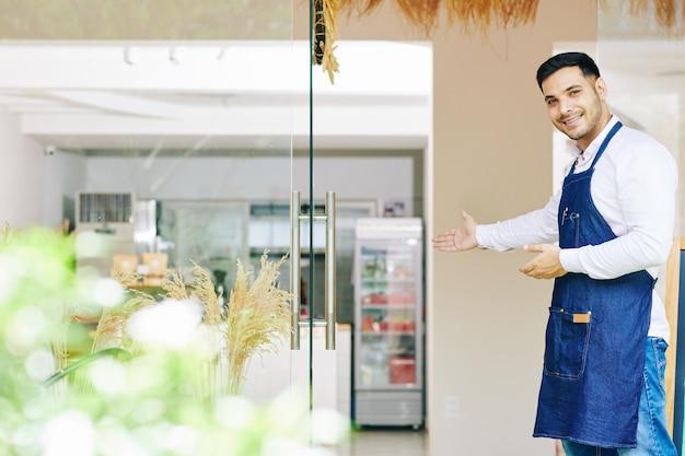 Proprietário de padaria dando as boas-vindas aos clientes Foto Premium