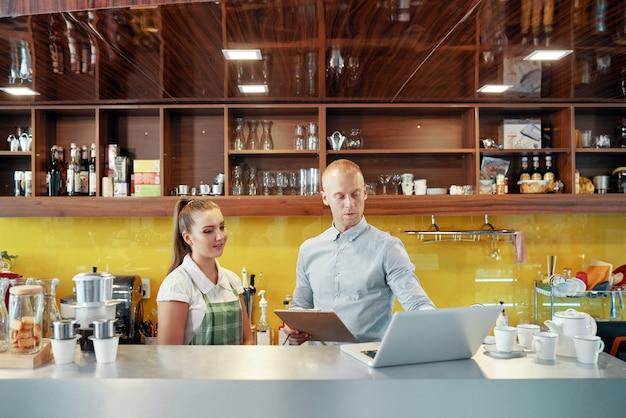 Proprietário e barista de cafeteria de coworking Foto gratuita