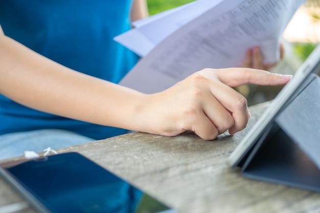 Proprietário sentado no cálculo anual do imposto pulseiras do volume de negócios para reduzir o imposto. Foto Premium