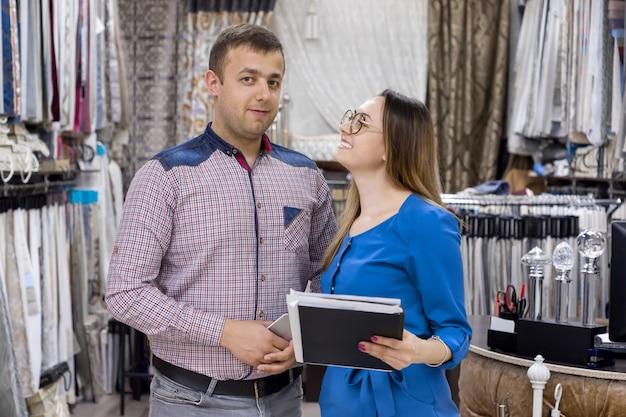 Proprietários de casal de tecidos de loja para cortinas e interiores Foto Premium