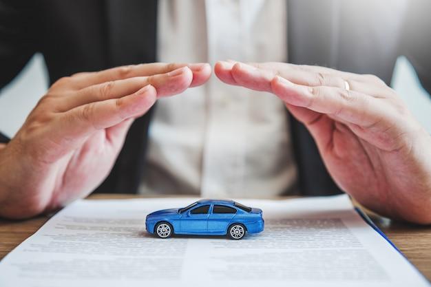 Proteção do agente de vendas seguro automóvel e danos por colisão Foto Premium