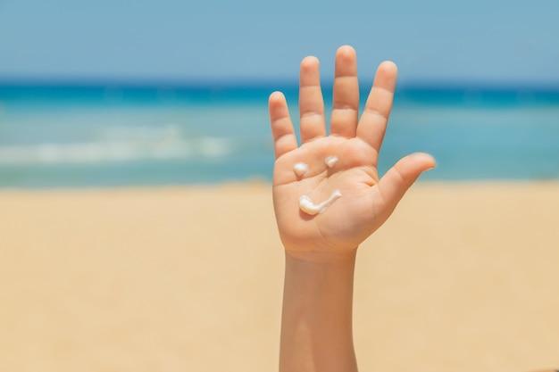 Protetor solar na pele de uma criança Foto Premium