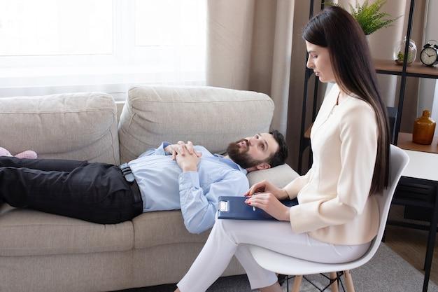 Psicóloga em sessão com seu paciente em seu consultório particular. Foto Premium