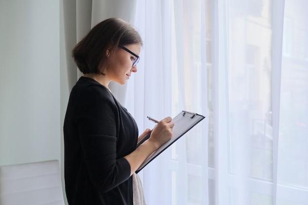 Psicólogo assistente social, anotando Foto Premium