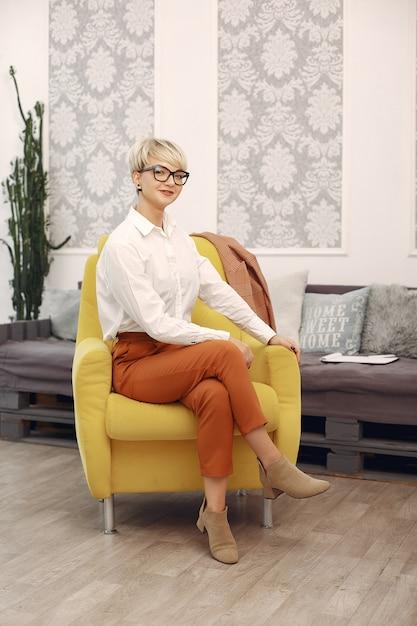 Psicólogo com óculos, sentado em uma cadeira no escritório Foto gratuita