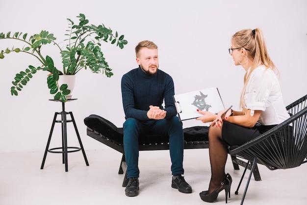 Psicólogo feminino, tendo, sessão, com, dela, paciente, em, escritório Foto gratuita