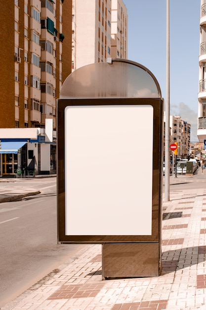 Publicidade em branco ficar perto da rua na cidade Foto gratuita