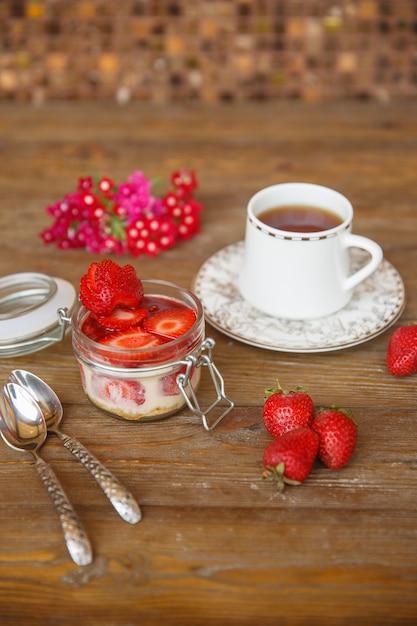Pudim de morango com calda de morango servido com chá Foto gratuita