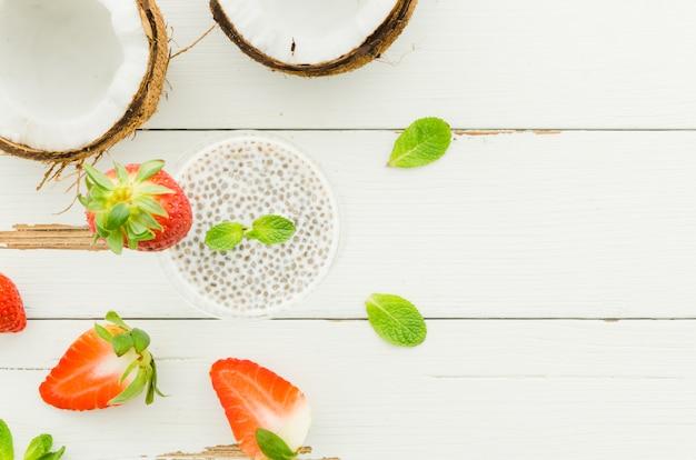 Pudim de sementes de chia com coco e morangos Foto gratuita