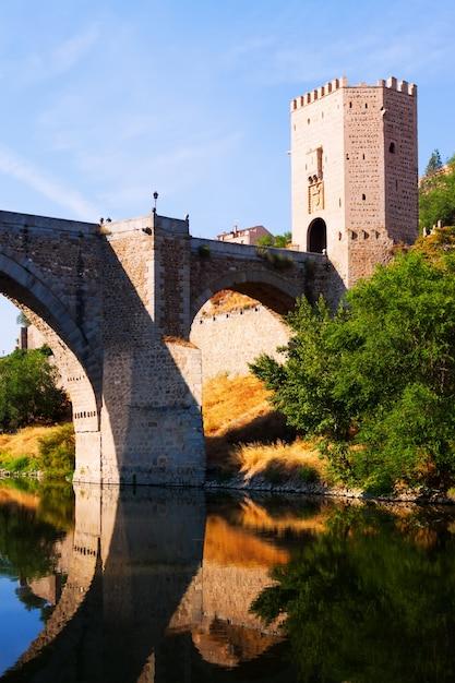 Puente de alcântara sobre o rio tejo Foto gratuita