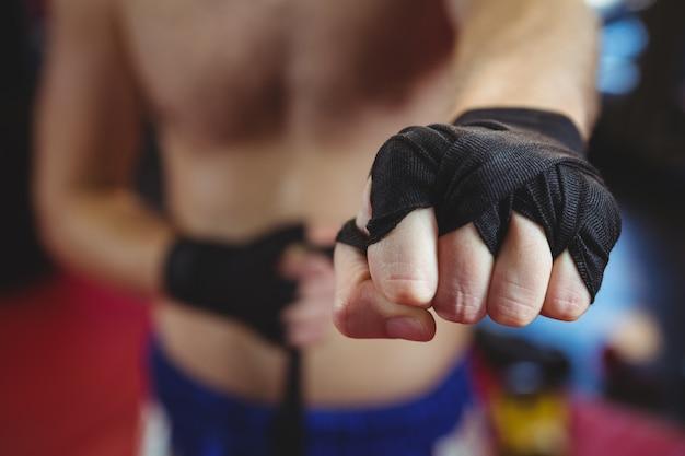 Pugilista usando pulseira preta no pulso Foto gratuita
