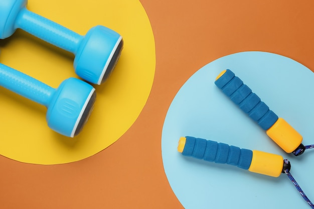 Pular corda e halteres em cores Foto Premium