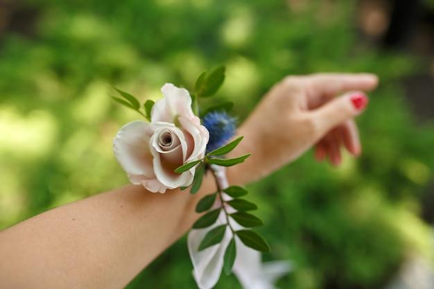 Pulseira de mulher para dama de honra feita de rosa fresca Foto Premium