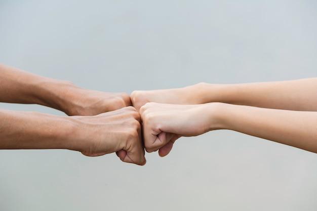 Punho do amigo colisão junto em ao ar livre. punho colidir entre colegas. conceito de amizade e trabalho em equipe. Foto Premium