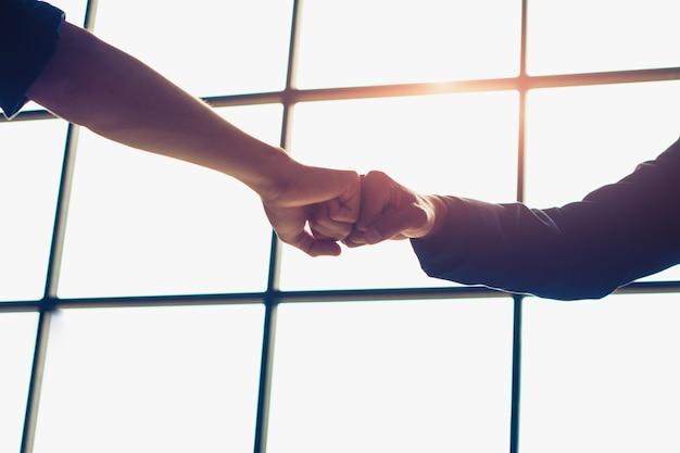 Punho do empresário é um compromisso - sucesso. Foto Premium