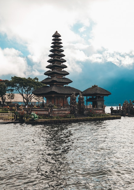 Pura ulun danu bratan, bali. templo hindu, cercado por flores no lago bratan Foto gratuita