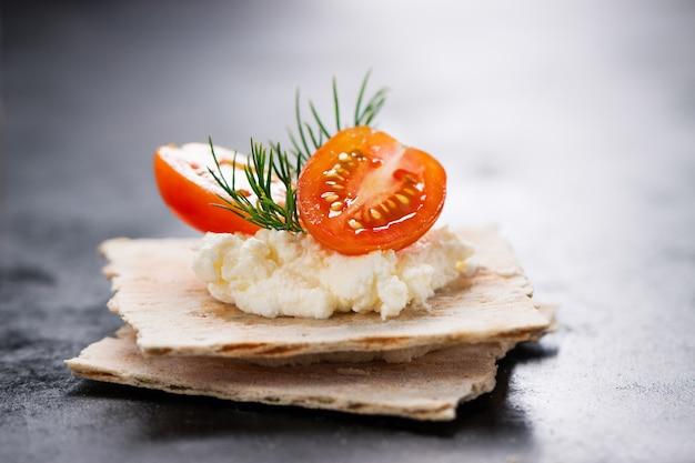 Puré com tomates e biscoitos por baixo Foto gratuita