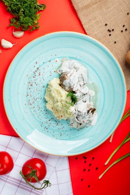 Purê de batatas com cogumelos em creme de leite Foto gratuita