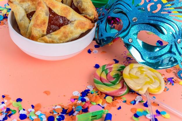 Purim com máscara de carnaval, fantasia de festa e hamantasc Foto Premium