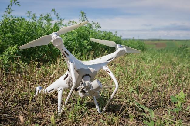 Quadcopter caiu na grama verde Foto Premium