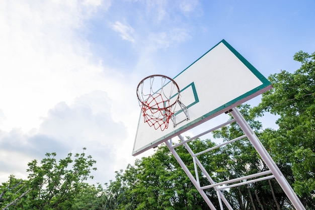 Quadra de basquete no parque Foto Premium