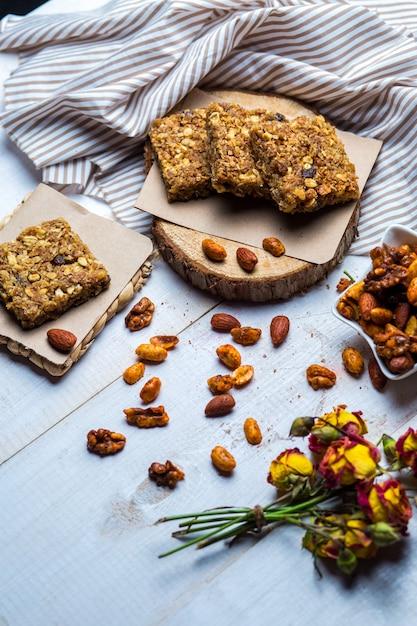 Quadrados de granola servidos com amêndoa, nozes e pistache Foto gratuita