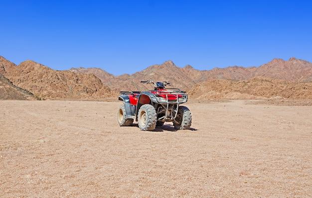 Quadriciclo vermelho no deserto Foto Premium