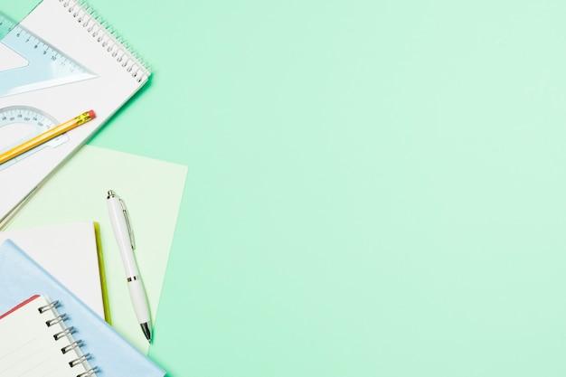 Quadro azul claro com material de escritório Foto gratuita