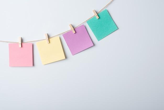 Quadro branco com linha e papéis de anotação nele Foto Premium