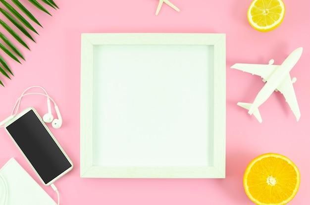 Quadro branco de maquete. conceito de viagens de verão plana leigos Foto Premium