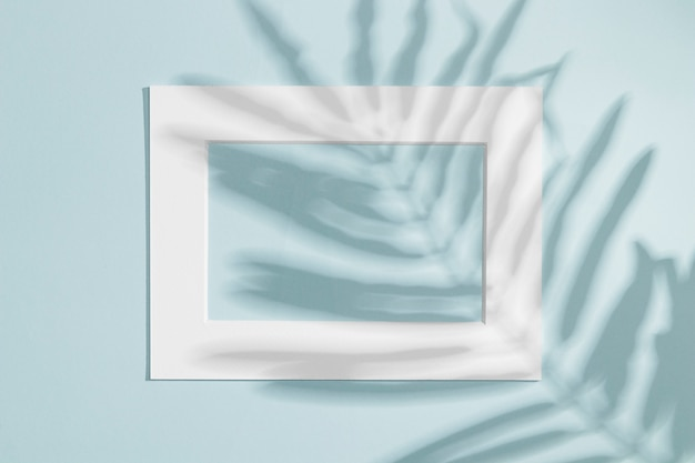 Quadro branco horizontal com sombra de folha Foto gratuita