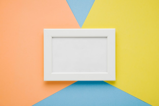 Quadro branco leigo plano no fundo colorido Foto gratuita
