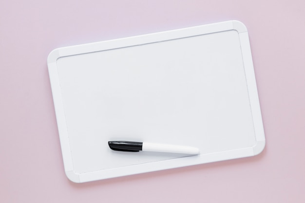 Quadro branco liso com marcador na parte superior Foto gratuita