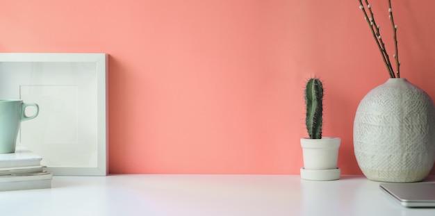Quadro branco na área de trabalho da mesa branca Foto Premium