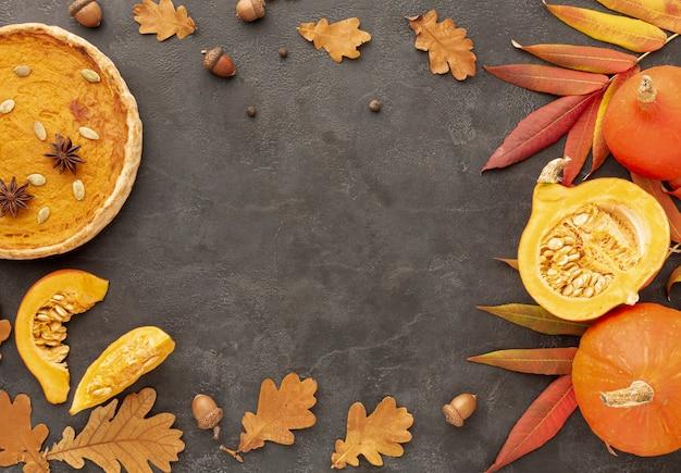 Quadro circular de vista superior com torta e abóbora Foto gratuita