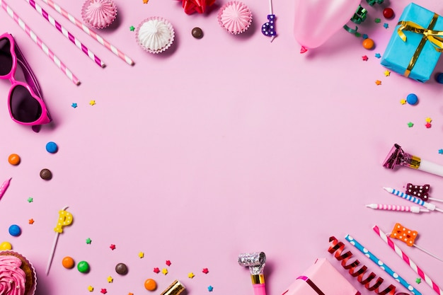 Quadro circular em branco feito com itens de festa de aniversário no fundo rosa Foto gratuita