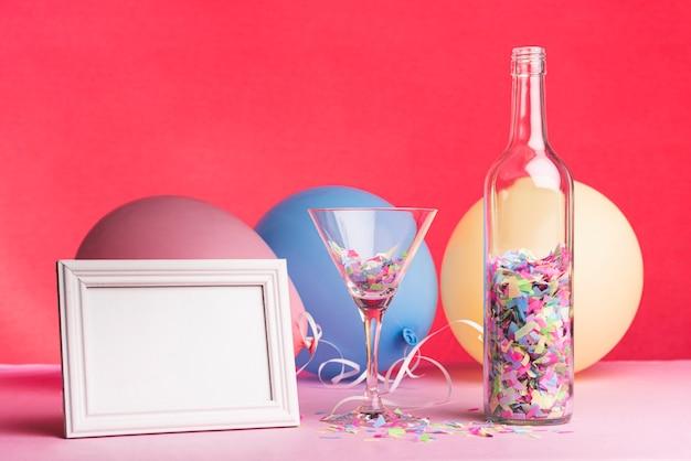 Quadro com balões e vidro em um fundo vermelho Foto gratuita