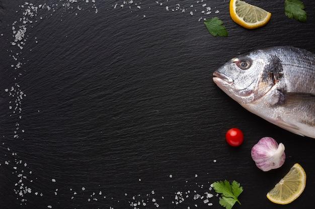 Quadro com condimentos e peixe fresco Foto gratuita
