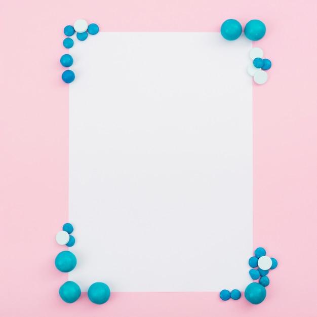 Quadro com cornes de doces azuis Foto gratuita
