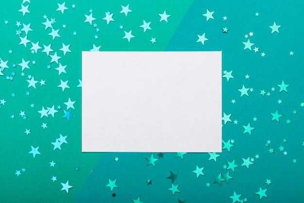 Quadro com estrelas de confete em fundo turquesa Foto gratuita