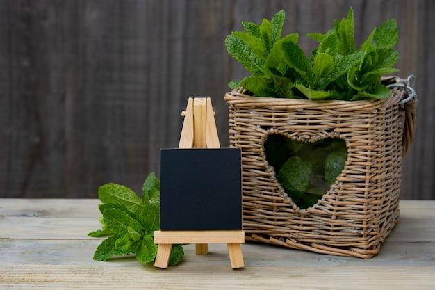 Quadro com folhas de hortelã-pimenta. estilo rústico. Foto Premium