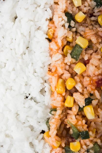 Quadro completo de arroz cozido no vapor e arroz frito com sementes de milho e pimentão Foto gratuita