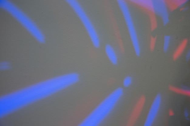 Quadro completo de folha de monstera com luz azul Foto gratuita