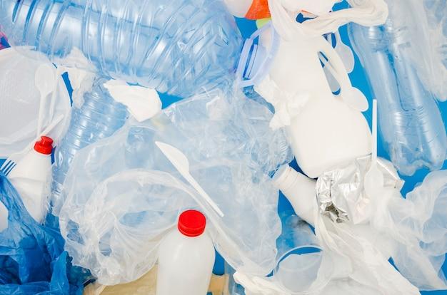 Quadro completo de saco de plástico e garrafa para reciclagem Foto gratuita