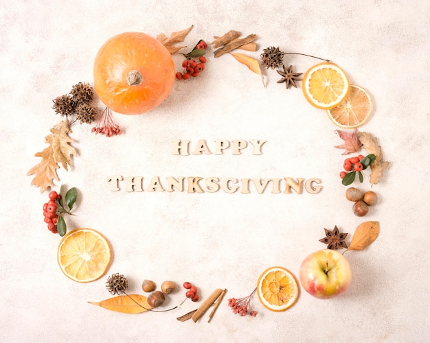 Quadro de ação de graças feliz com frutas cítricas e folhas de outono Foto gratuita