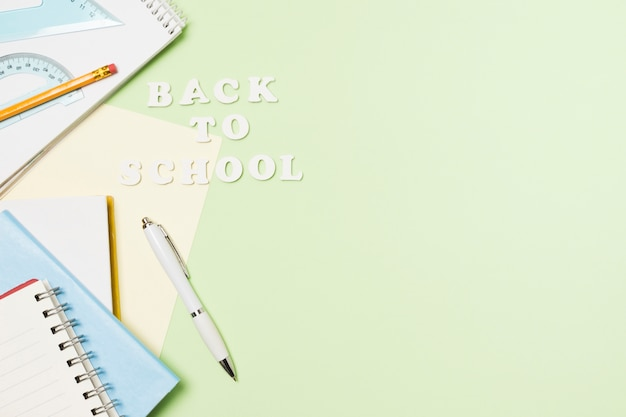 Quadro de acessórios de escola de vista frontal Foto gratuita